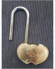Spyna širdelės fomos, auksinė su raktu